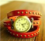 Женские часы с тройным ремешком из кожи.